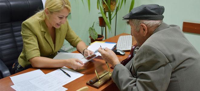 Какую минимальную доплату получают неработающие пенсионеры в Москве